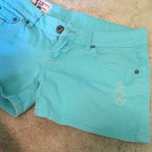 Turquoise colored jean shorts 👌🏼